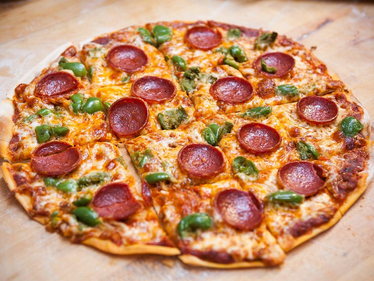 pizza estilo St. Louis con pepperoni