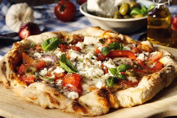 pizza griega en la mesa