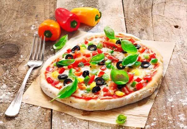 pizza griega con albahaca y pimientos